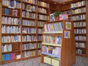 Zdjęcie książek na półkach